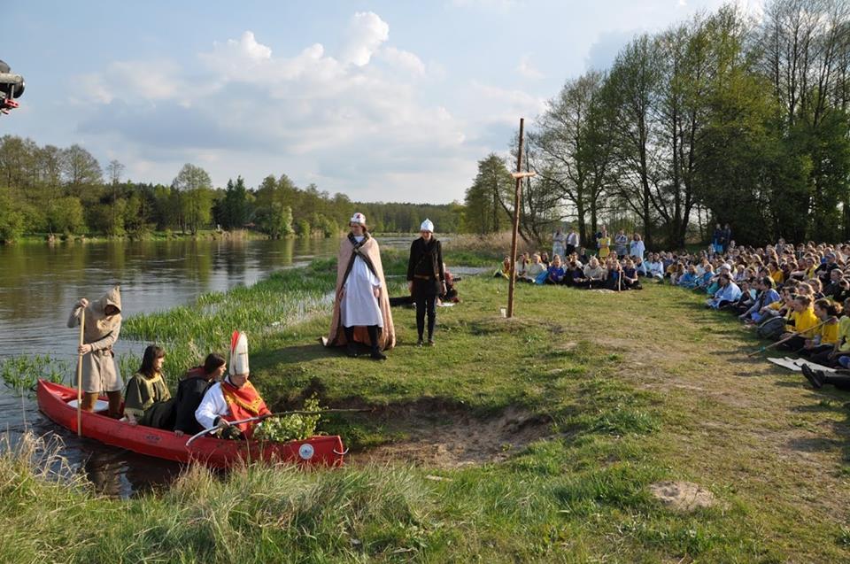 Inscenizacja chrztu Polski: Mieszko oczekuje na przybycie biskupa Jordana i Dobrawy